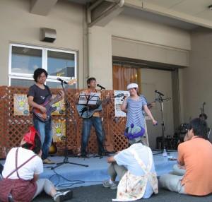 バンド「ブラウンコースト」の演奏